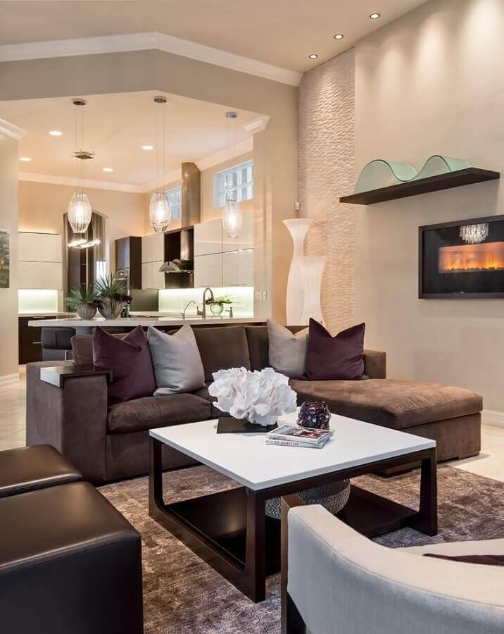 sala decorada com puffs e sofá marrom escuro  Foto Furniture Design