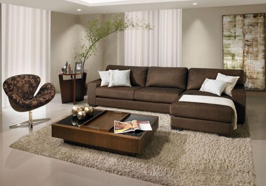 sala decorada com tapete felpudo e sofá de couro marrom  Foto Pinterest