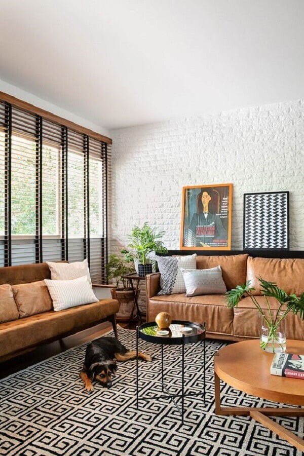sala decorada com tapete geométrico e sofá marrom claro  Foto Casa de Valentina