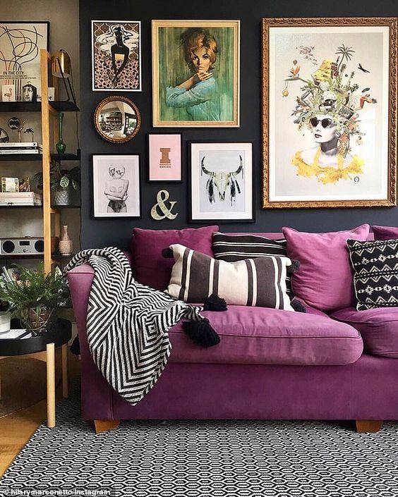 Sofá roxo com manta e almofada preta e branca