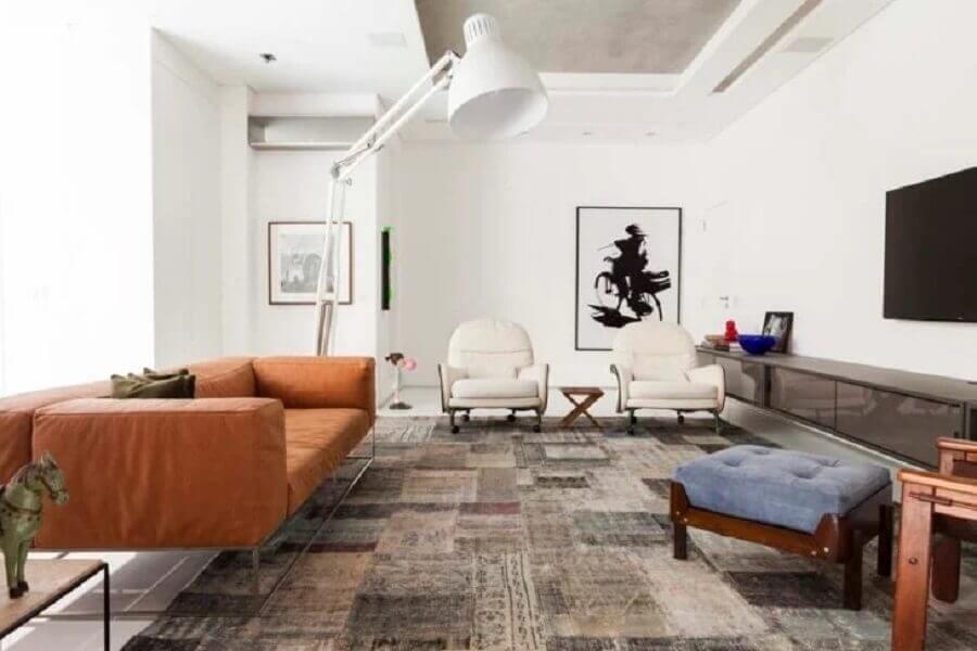 sala moderna decorada com poltronas brancas e sofá marrom claro  Foto Olegário de Sá & Gilberto Cioni