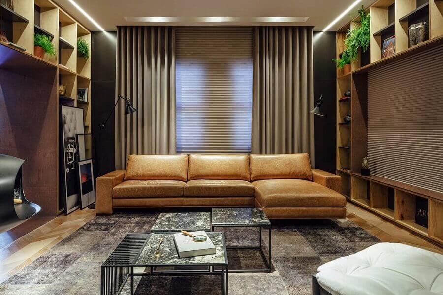 sala moderna decorada com sofá de couro marrom com chaise  Foto Linea Studio