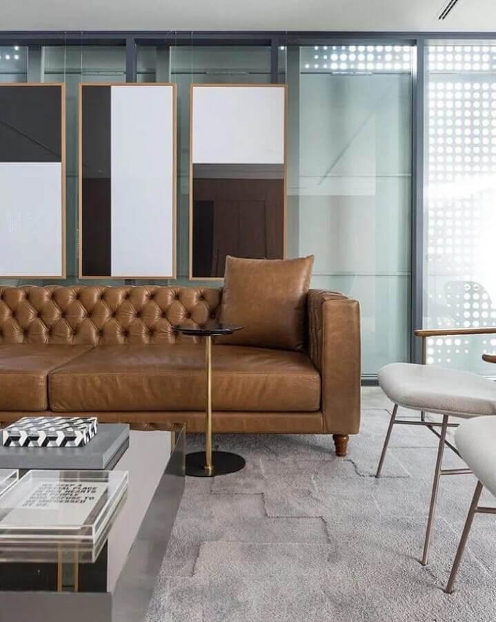 sala moderna decorada com sofá marrom de couro Foto Triplex Arquitetura