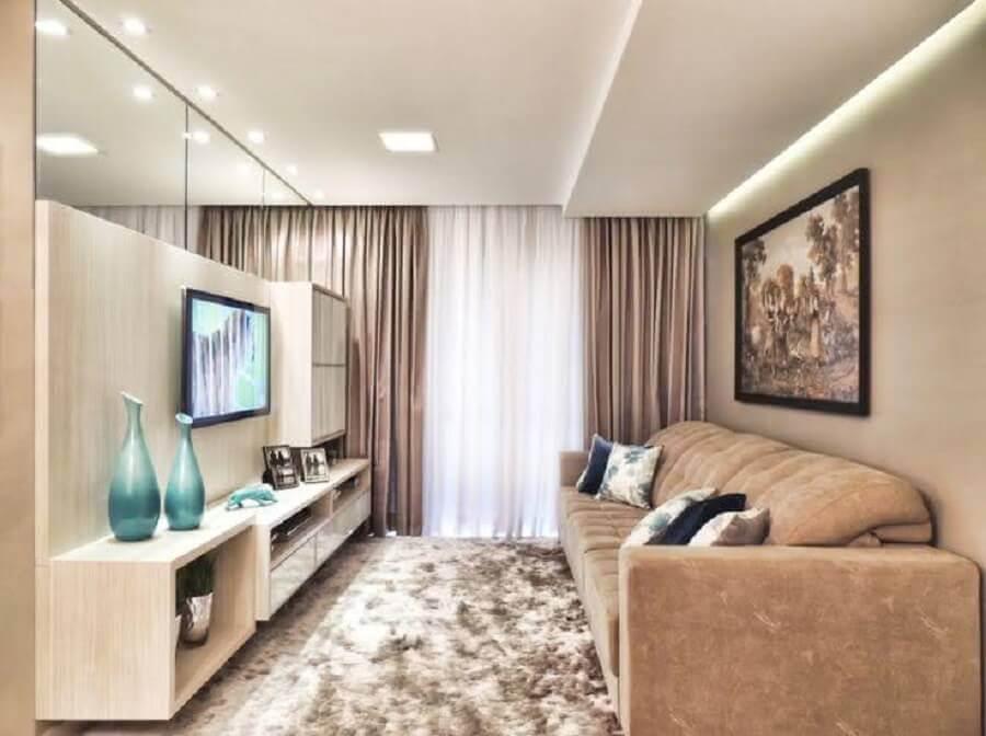 sala pequena decorada com sofá bege e parede de espelho Foto Blog do Gesseiro