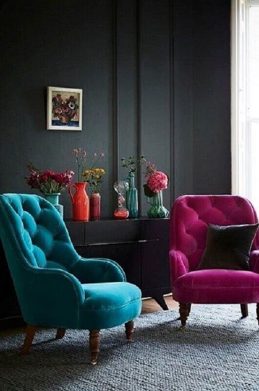 sala preta decorada com poltrona rosa e poltrona azul Foto Pinterest