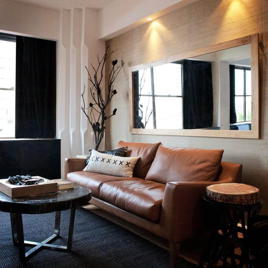 sala preta decorada com sofá marrom e espelho retangular Foto Yandex