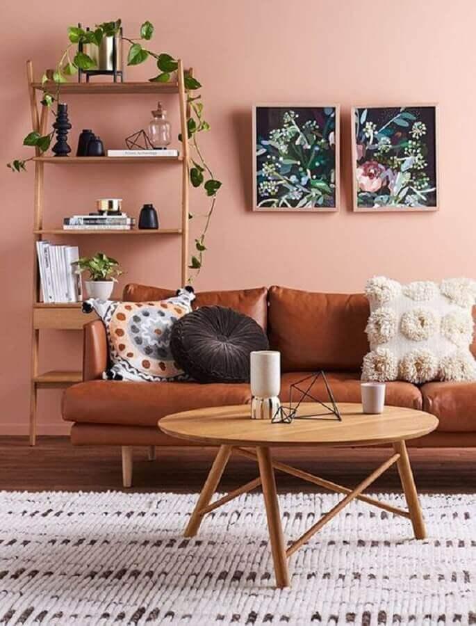 sala rosa decorada com sofá marrom e mesa de centro de madeira redonda  Foto GiveMe Design