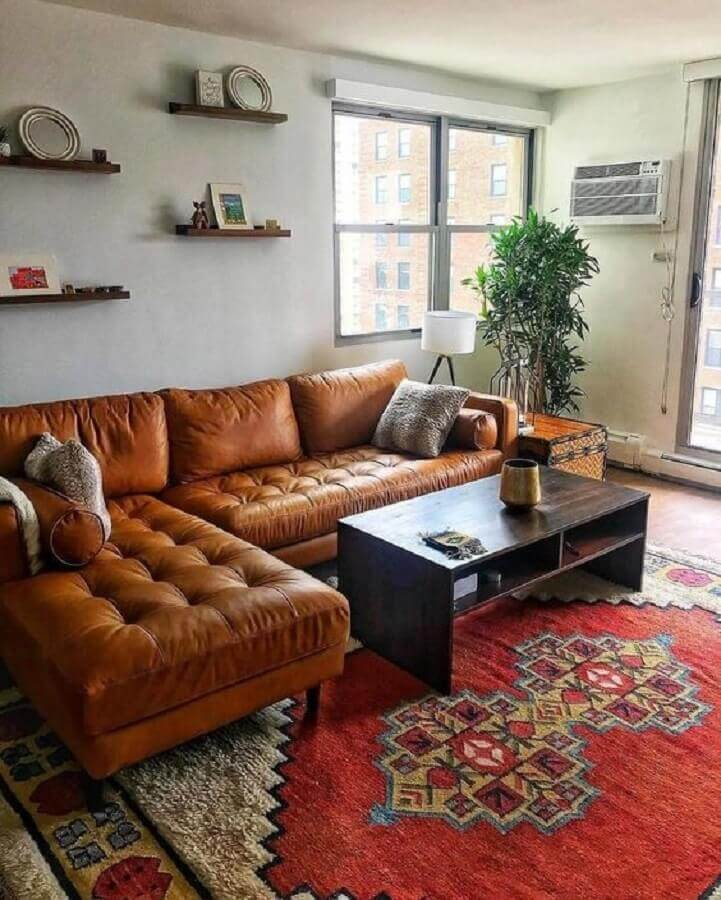 sala simples decorada com sofá de couro marrom com chaise  Foto Article