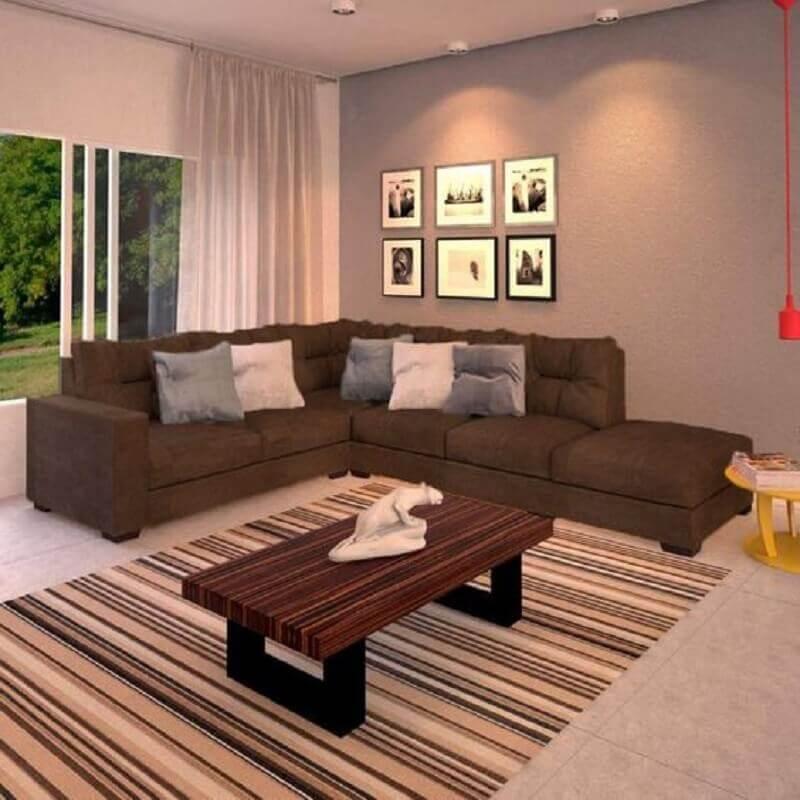 sala simples decorada com tapete listrado e sofá marrom escuro de canto Foto Pinterest