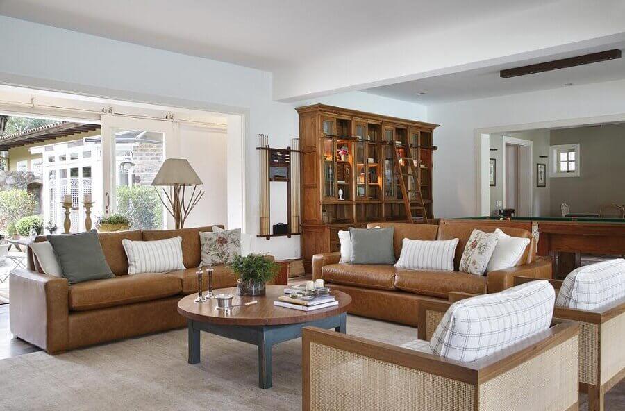 sala sofisticada decorada com jogo de sofá marrom claro  Foto Adriana Valle e Patrícia Carvalho