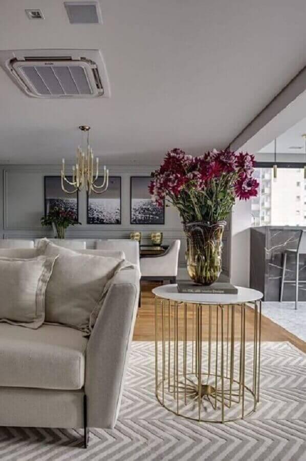 Sala sofisticada decorada com mesa lateral alta