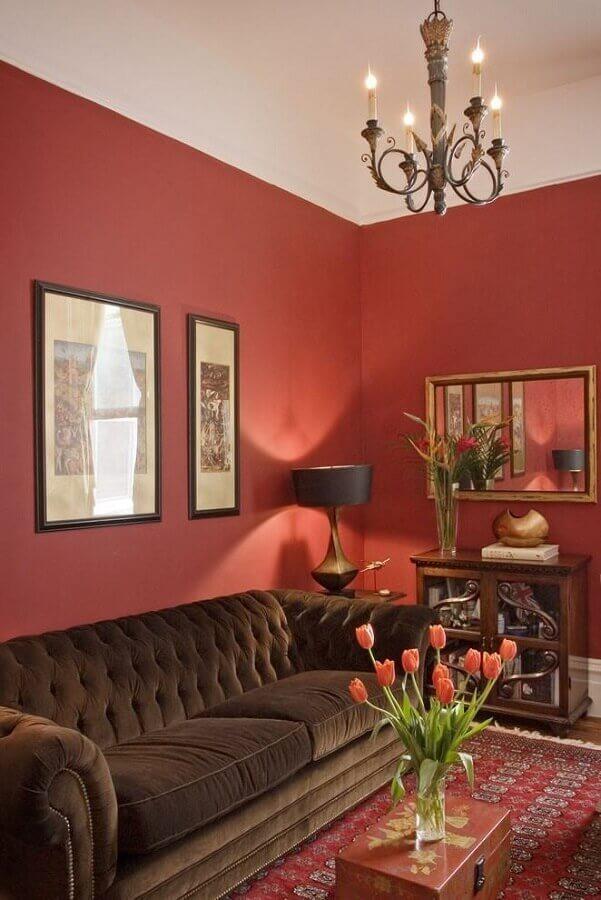 sala vermelha decorada com sofá marrom escuro chesterfield Foto Pinterest