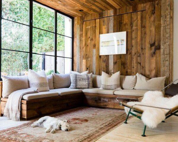 Sofá baú de madeira em formato L para ambientes compactos