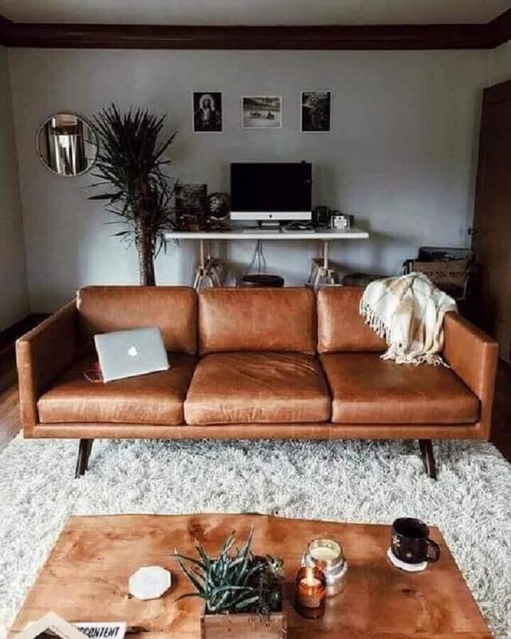 sofá de couro marrom para sala cinza com tapete felpudo Foto Apartment Therapy