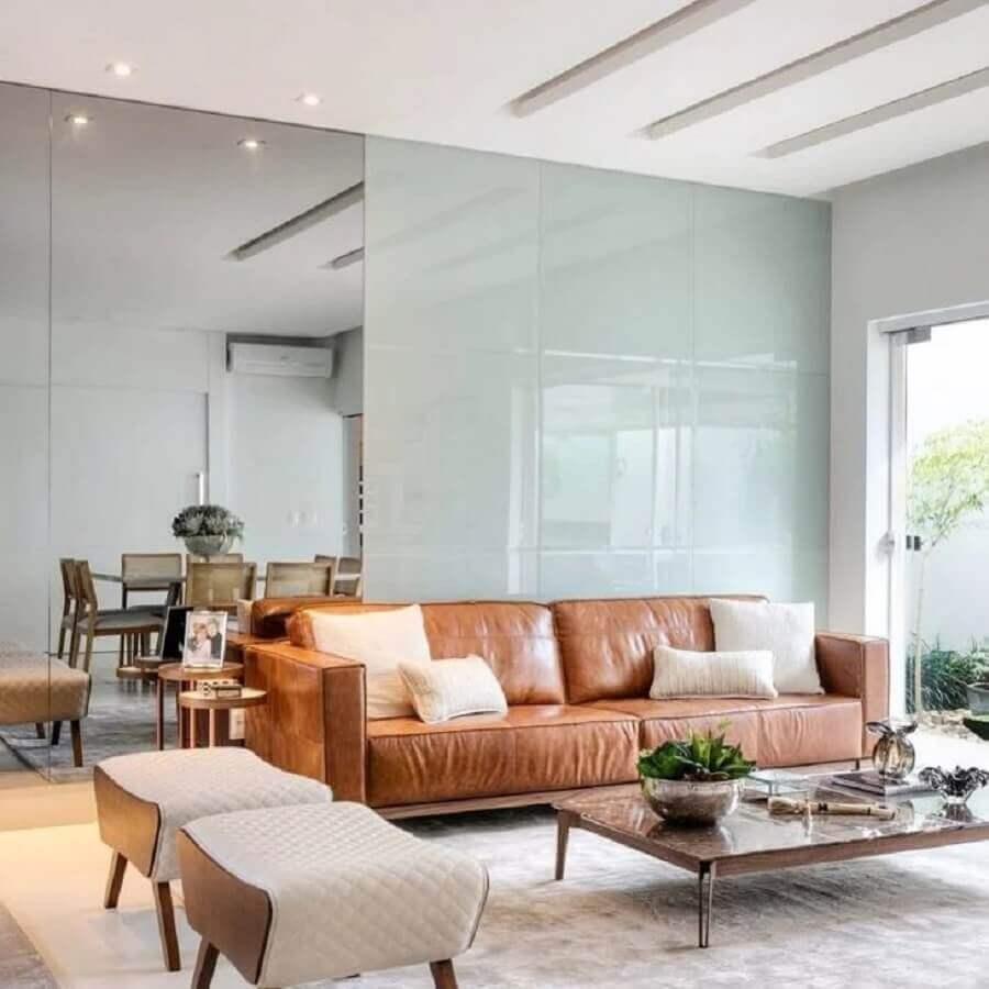 sofá marrom claro para decoração de sala clean Foto Lica Giorgano e Gelise Almeida