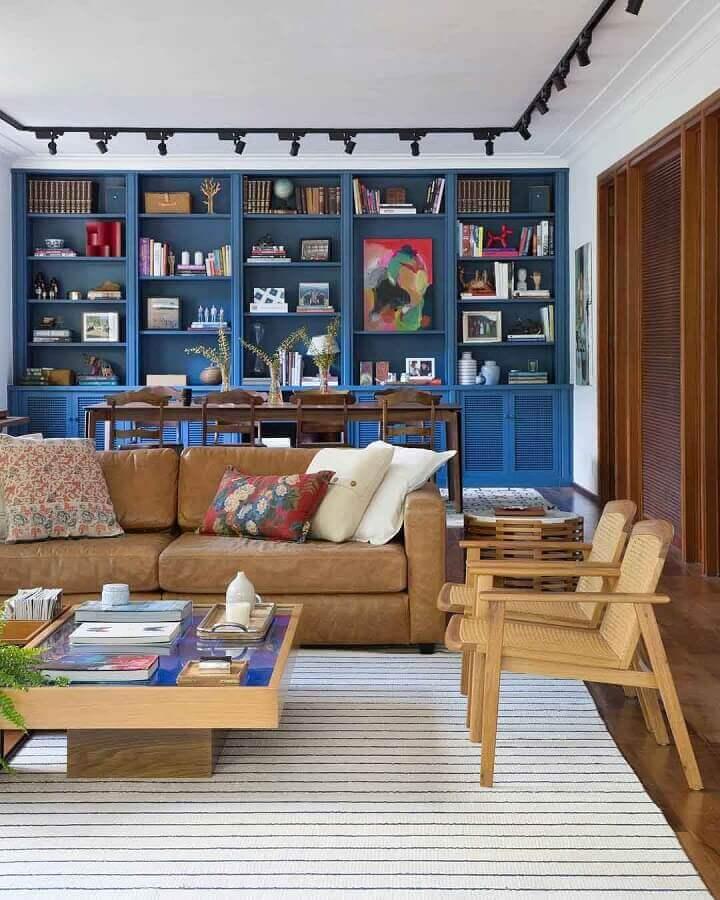 sofá marrom claro para decoração de sala com poltronas de madeira e tapete listrado Foto Adriana Valle e Patrícia Carvalho