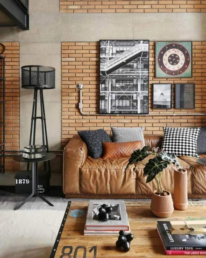 sofá marrom com almofadas diferentes para decoração de sala com estilo industrial Foto Futurist Architecture