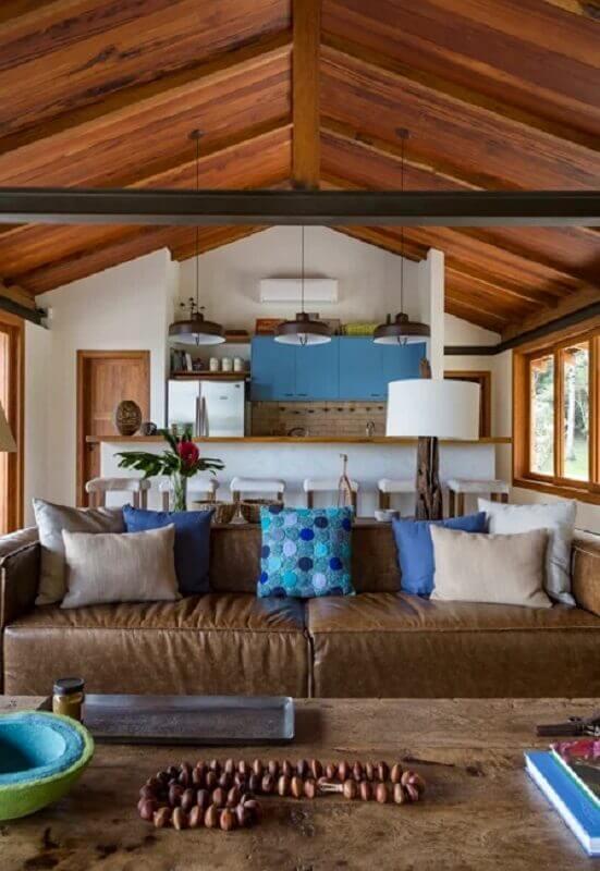 sofá marrom decorado com almofadas azuis e cinza Foto RAP Arquitetura