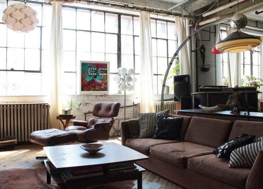 sofá marrom escuro para decoração de sala com amplas janelas Foto Houzz