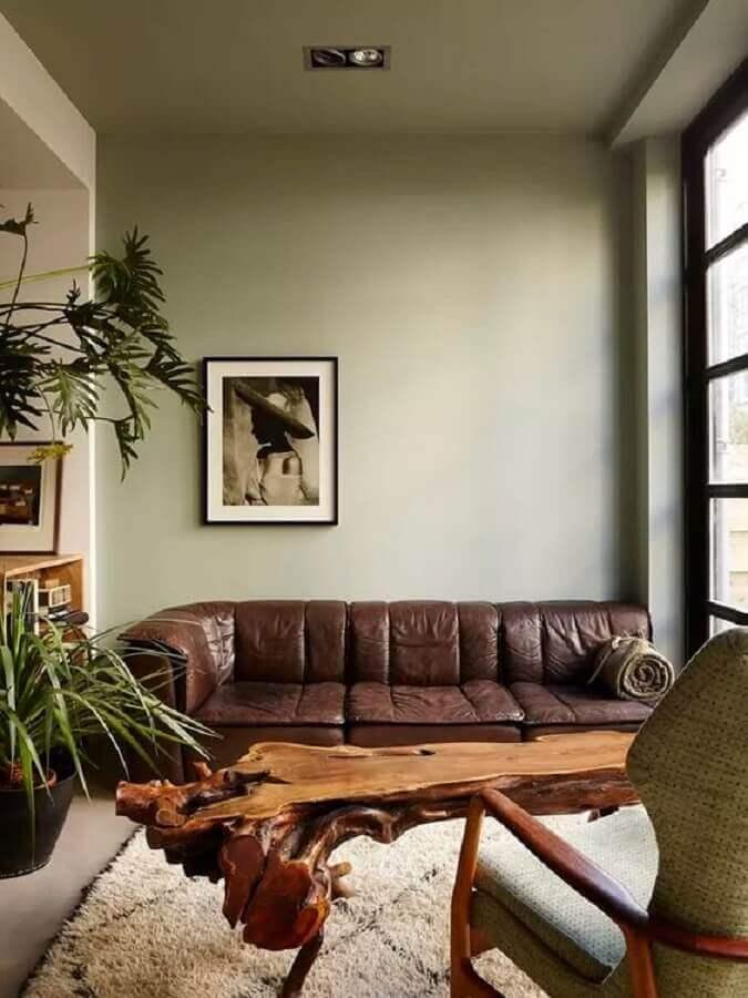 sofá marrom escuro para sala decorada com mesa de centro rústica Foto Pinterest