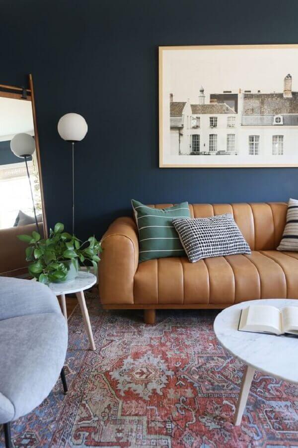 sofá retrátil marrom moderno para decoração de sala com parede preta Foto Article