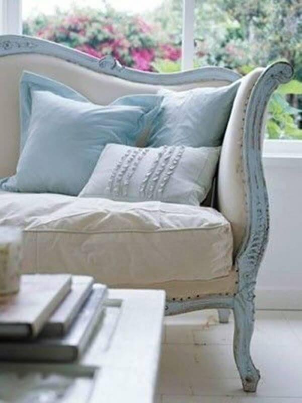 Sofá antigo azul e bege