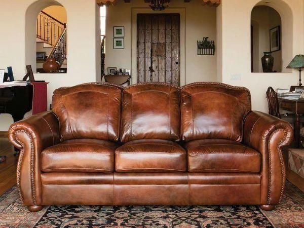 Sofá antigo de couro na sala pequena
