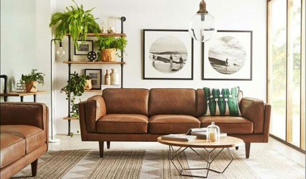 Sala de estar com sofá de couro
