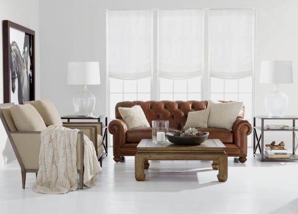 Sofá antigo de couro na sala clean