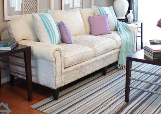 Sofá antigo com almofada azul e roxa