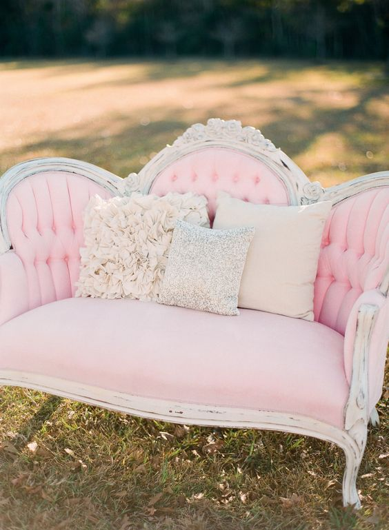 Sofá antigo rosa claro e branco