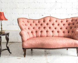 Sofá rosa antigo capitonê - Via: Pinterest