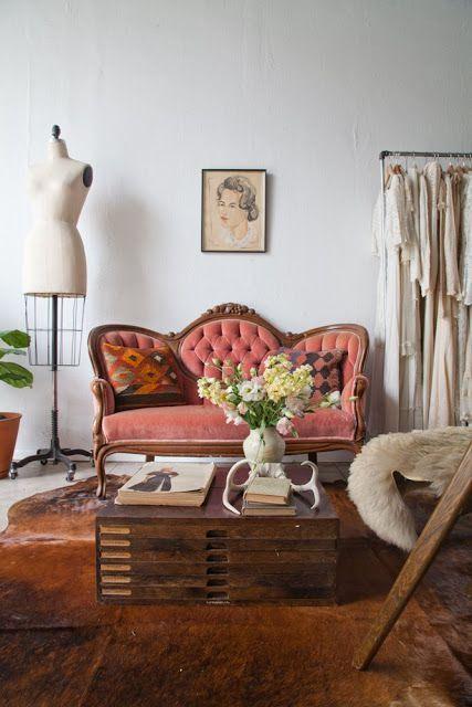 Sofá antigo rosa e madeira