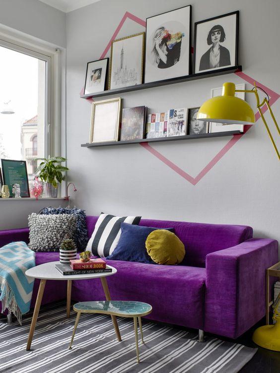 Sofá roxo na sala moderna