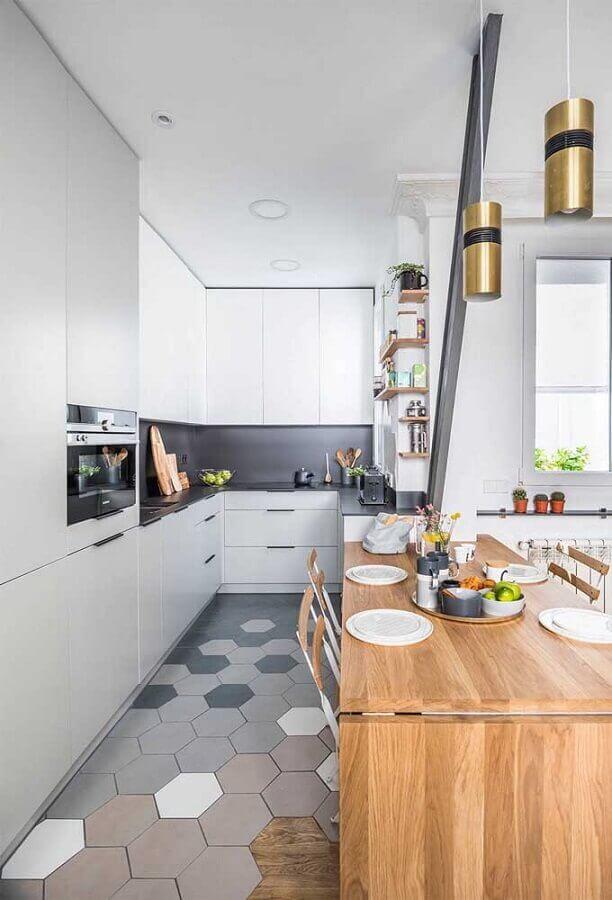 tons de cinza claro para cozinha moderna decorada com piso hexagonal e bancada de madeira Foto Pinterest