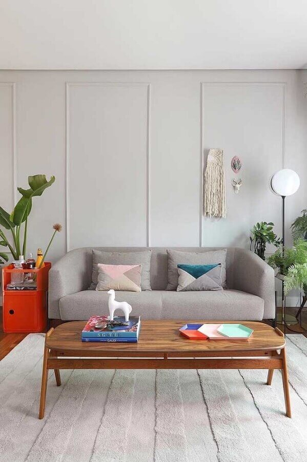 tons de cinza claro para sala decorada com mesa de centro de madeira Foto Jeito de Casa