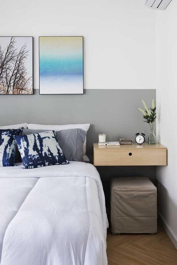 tons de cinza para parede de quarto decorado com criado mudo suspenso de madeira Foto Pinterest