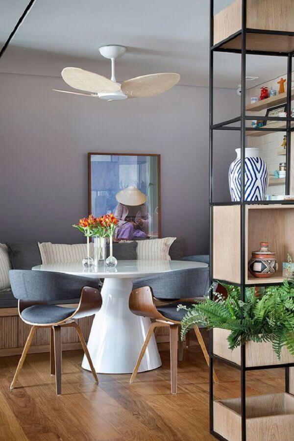 tons de cinza para parede de sala de jantar com mesa redonda branca Foto Casa de Valentina