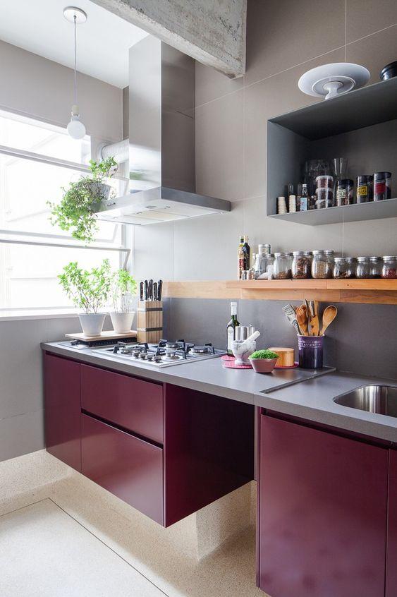 Tons de roxo na cozinha moderna