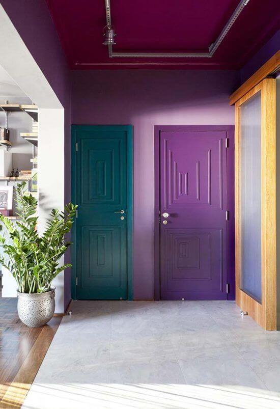 Tons de roxo na parede de casa e porta