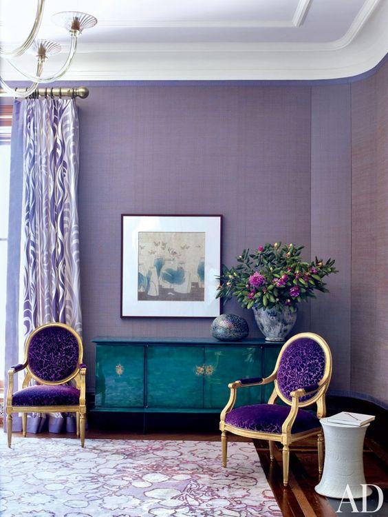 Tons de roxo na sala com poltrona roxa