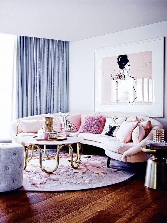 Tons de roxo na sala com sofá redondo