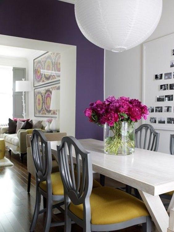 Tons de roxo na sala de estar com flores na decoração