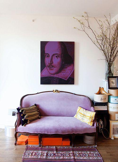 Tons de roxo na sala moderna