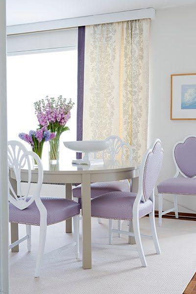 Tons de roxo na sala de jantar moderna