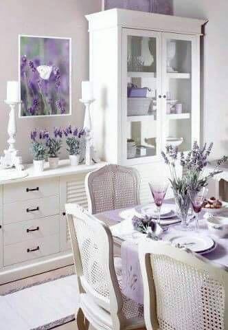 Tons de roxo na sala de jantar lilás