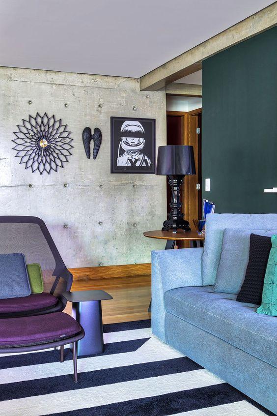 Tons de roxo na sala de estar