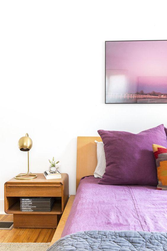 Tons de roxo no quarto moderno
