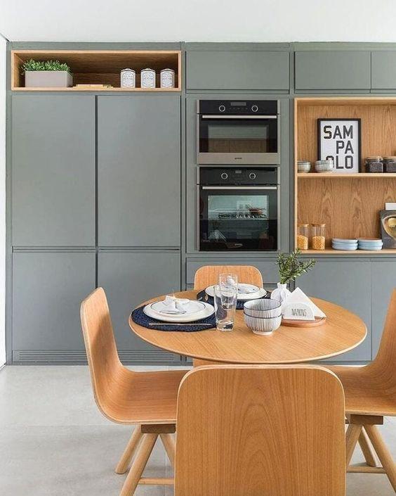 Cozinha cinza com torre quente