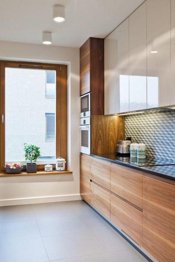 Torre quente no armário da cozinha